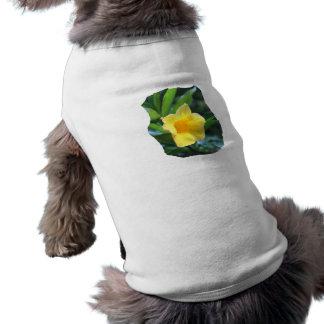 Fotografía de la flor de trompeta amarilla playera sin mangas para perro