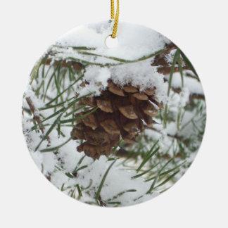 Fotografía de la naturaleza del invierno del cono adorno navideño redondo de cerámica