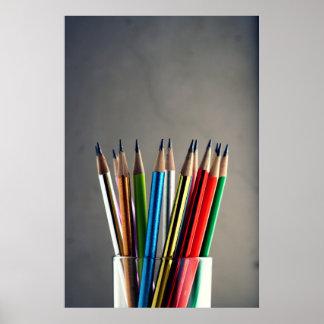 fotografía de lápices coloridos sobre un vidrio póster