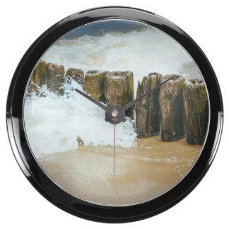 Fotografía de madera del rompeolas y de las ondas relojes pecera
