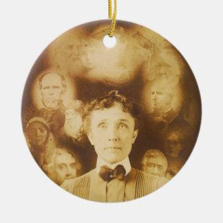 Fotografía del alcohol de los fantasmas que rodean ornamento para arbol de navidad