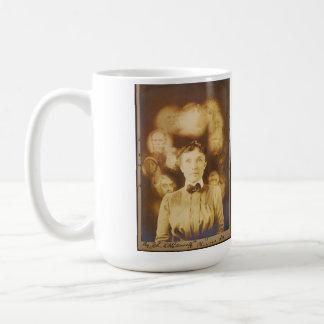 Fotografía del alcohol de los fantasmas que rodean tazas de café