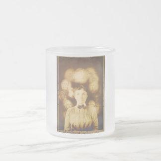 Fotografía del alcohol de los fantasmas que rodean taza de café esmerilada