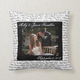 Fotografía del boda con la almohada romántica del