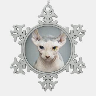 Fotografía del gato de la esfinge del duende adorno de peltre en forma de copo de nieve