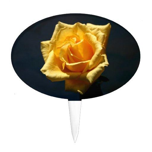 Fotografía del rosa amarillo contra fondo oscuro decoraciones para tartas