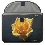 Fotografía del rosa amarillo contra fondo oscuro funda macbook pro