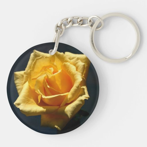 Fotografía del rosa amarillo contra fondo oscuro llavero redondo acrílico a doble cara