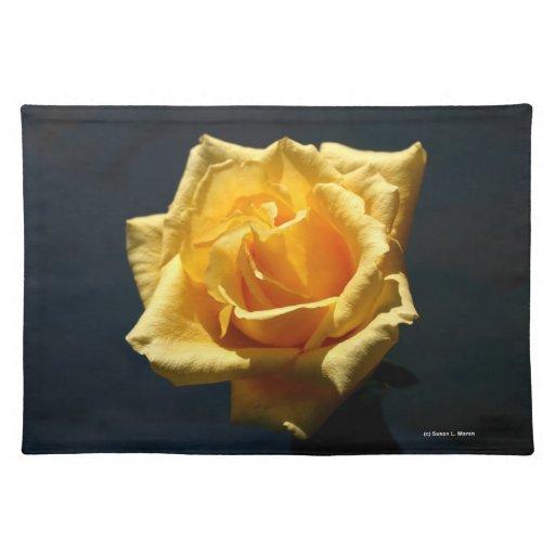 Fotografía del rosa amarillo contra fondo oscuro manteles individuales