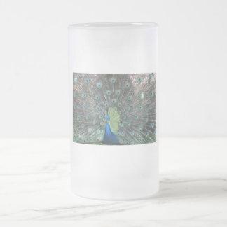 Fotografía del varón del pavo real por completo… taza cristal mate