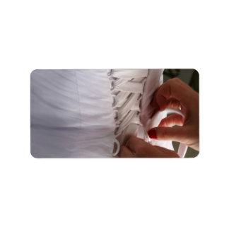 Fotografía del vestido de boda del cordón de la ma etiquetas de dirección