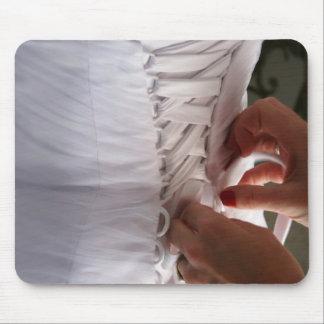 Fotografía del vestido de boda del cordón de la ma mouse pads