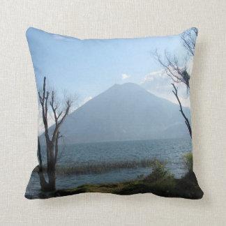 Fotografía del volcán del lago Atitlan Cojín Decorativo