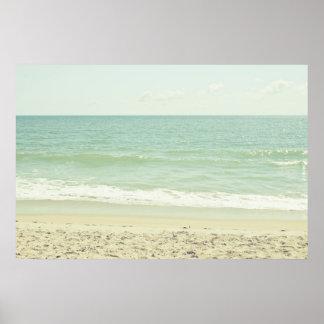 Fotografía en colores pastel de la playa de la ver póster