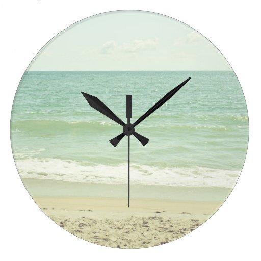 Fotografía en colores pastel de la playa de la ver reloj redondo grande