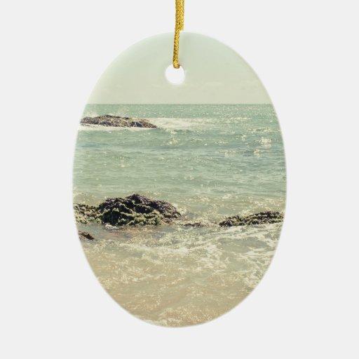 Fotografía en colores pastel de la playa del adorno navideño ovalado de cerámica