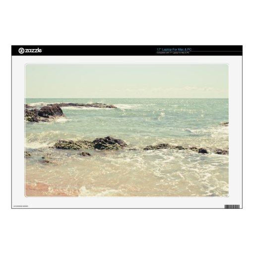 Fotografía en colores pastel de la playa del océan skins para portátil