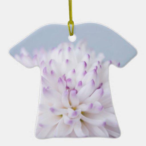 Fotografía en colores pastel suave de la flor adorno de cerámica en forma de playera