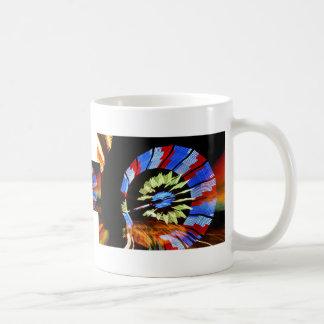 Fotografía justa colorida de la luz de neón del taza