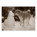 fotografía linda de Akita del muñeco de nieve de Tarjeton