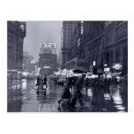 Fotografía: los años 40 NYC en la lluvia Tarjetas Postales