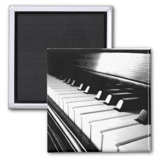 Fotografía negra y blanca con clase del piano imán cuadrado