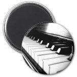 Fotografía negra y blanca con clase del piano imán redondo 5 cm