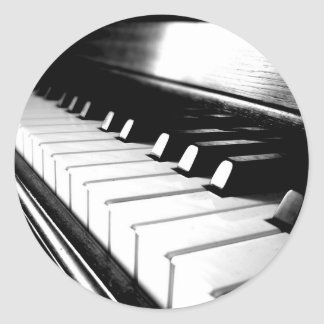 Fotografía negra y blanca con clase del piano etiquetas redondas