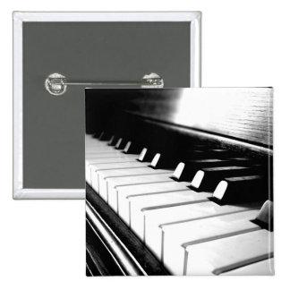 Fotografía negra y blanca con clase del piano pin cuadrado