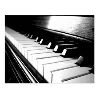 Fotografía negra y blanca con clase del piano postal
