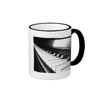 Fotografía negra y blanca con clase del piano tazas