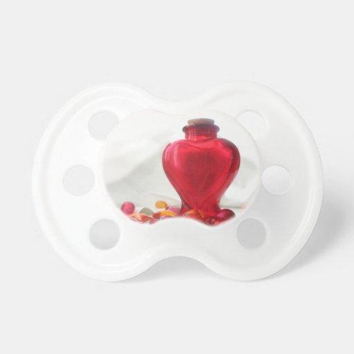 Fotografía roja romántica de la botella del corazó chupetes para bebes