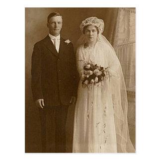 Fotografía romántica del boda de la novia y del postal