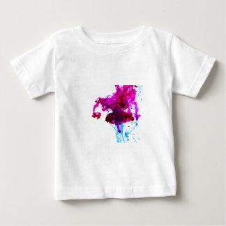 Fotografía rosada de la macro del descenso de la playera de bebé