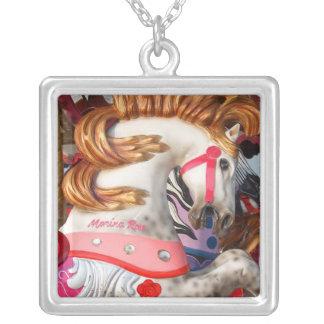 Fotografía rosada y blanca del caballo del carruse colgante cuadrado