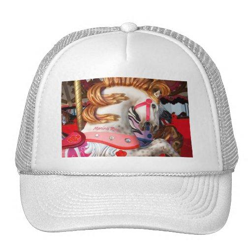 Fotografía rosada y blanca del caballo del carruse gorros