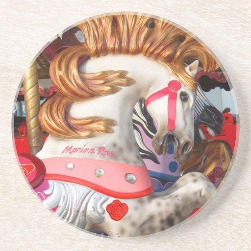 Fotografía rosada y blanca del caballo del carruse posavaso para bebida
