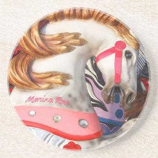 Fotografía rosada y blanca del caballo del carruse posavasos para bebidas