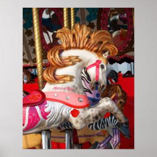 Fotografía rosada y blanca del caballo del carruse póster