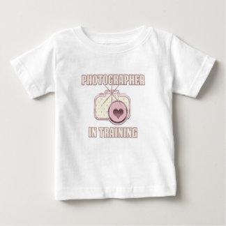 Fotógrafo en rosa de la camiseta del entrenamiento
