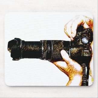 Fotógrafo que sostiene la cámara de DSLR Alfombrillas De Ratones