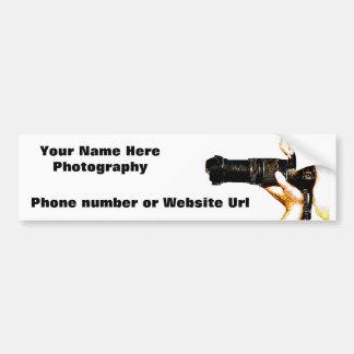 Fotógrafo que sostiene la cámara de DSLR Etiqueta De Parachoque