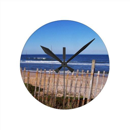 Fotos de la cerca de la playa reloj de pared