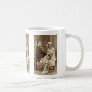 Fotos románticas de novia y del novio del vintage taza