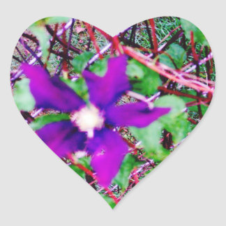Fower púrpura pegatina en forma de corazón
