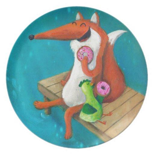 Fox amistoso y pollo que comen los anillos de espu platos