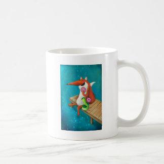 Fox amistoso y pollo que comen los anillos de espu tazas de café