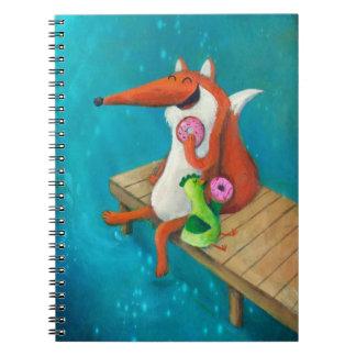Fox amistoso y pollo que comen los anillos de notebook
