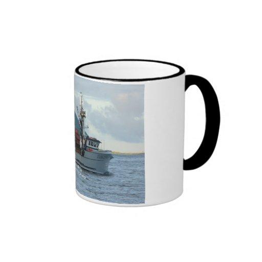 Fox ártico, barco del cangrejo en el puerto holand taza de café