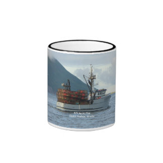 Fox ártico, barco del cangrejo en el puerto taza de dos colores